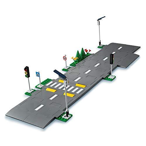 LEGO 60304 City Bases de Carretera Set de Construcción con Placas de Carretera, Semáforos y Ladrillos que Brillan en la Oscuridad